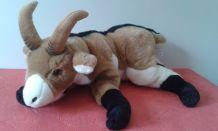 Chèvre en peluche qui se repose