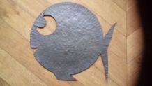 Poisson en métal martelé années 40