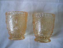 2 verres gobelets anciens moulés orange