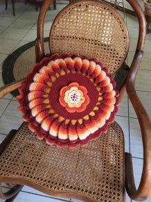 Grand coussin rond au crochet vintage.