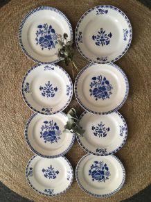 Huit assiettes plates anciennes fleuries en bleu.
