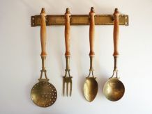 Ancien ustensiles de cuisine en laiton, manche en bois.