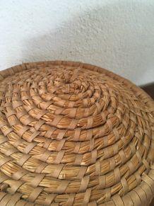 Corbeille en osier tressé à la forme originale.