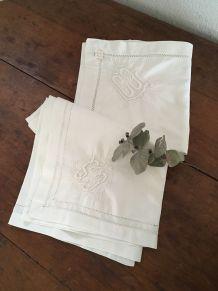 Deux taies d oreiller en coton blanc monogrammées C S..