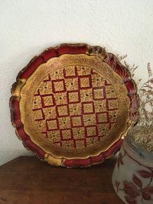 Plateau rond florentin en bois rouge et doré.