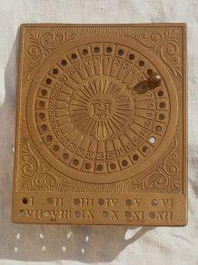 calendrier  perpetuel  en laiton , vintage