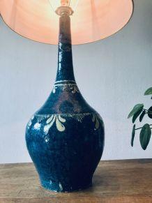 Grande lampe en terre cuite signée