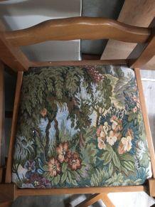 4 chaises en bois massif avec motif tapisserie sur l'assise