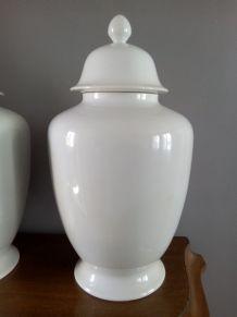 Imposante paire de vases couverts en porcelaine de Limoges.