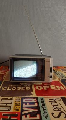 télévision portable mini noire et grise qui s'allume