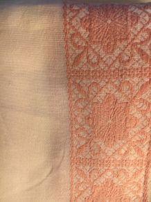 Nappe ancienne  en lin blanche  et broderies rose pâle