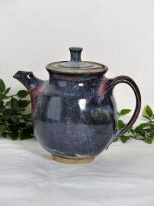Théière en poterie artisanale