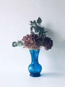 Vase bleu en verre moulé
