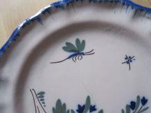 Assiette ancienne dans le gout de Moustier/a identifier.