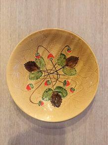 Coupe Poet Laval, décor fraises, barbotine, vintage