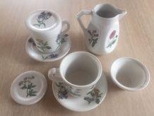 2 tasses à thé ou infusion et un pichet