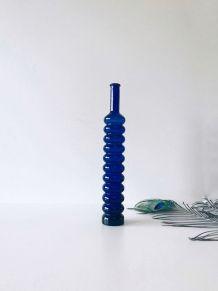 Carafe bleue en verre