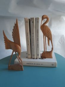 couple d'oiseau sculptés en bois clair