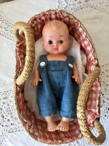 Petit bébé vintage et son couffin