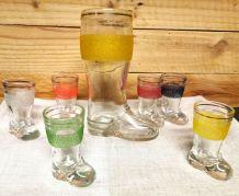 Rare carafe et ses 6 verres forme de bottes