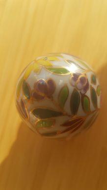 Oeuf  et support en porcelaine vintage avec un décor floral