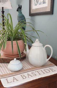 Cafetière et sucrier en porcelaine blanche
