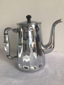 Ancienne cafetière en métal chromé, à facettes