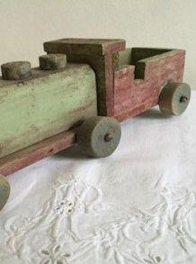 Jouet ancien : Une locomotive et 4 wagons