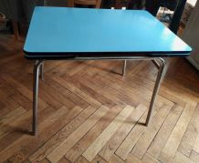 Table en formica bleu