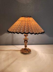 lampe avec pied en métal doré et abat-jour cartonné beige