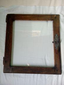 Porte vitrée en bois avec loquet en fer