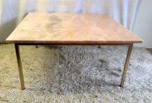 Table basse métal doré et marbre rose – années 60