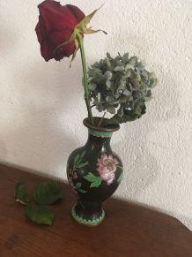 Vase cloisonné au décor émaillé de feuilles et fleurs.