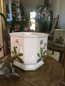 Cache-pot blanc en céramique au décor de fleurs stylisées.