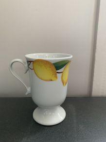 Petit mazagran en faïence blanche décoré de citrons