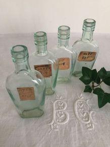 Ensemble de 4 fioles anciennes avec étiquettes