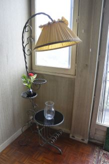 Lampadaire vintage structure fer forgé et tablettes en opali