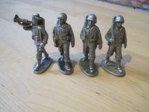 4 petits soldats  en métal ancien