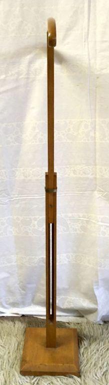 Valet / présentoir en bois massif – années 50