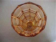 Vase rose en verre taillé