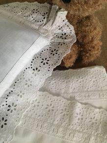 Linge ancien : Parure de lit de bébé, dentelle