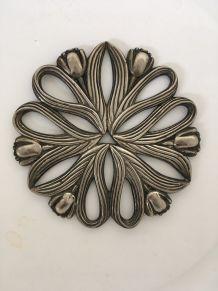 Dessous de plat tulipes en métal argenté.