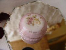 Petit pot en porcelaine romantique