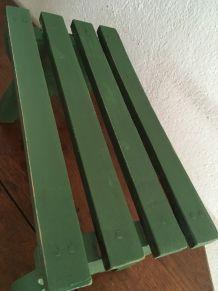 Banc en bois patiné en vert.