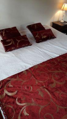 Plaid / Nappe rouge et or avec perles  et 6 Coussins assorti