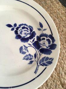 Assiettes plates St Amand aux fleurs bleues.