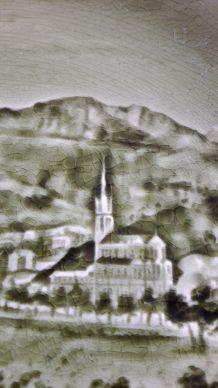 Ancienne assiette Vintage en faience verte Paysage en relief