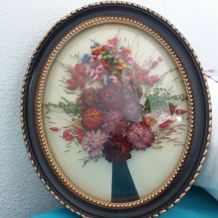 Cadre ovale bombe avec fleurs