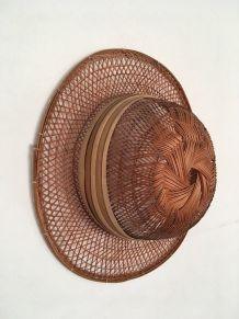 Chapeau décoratif à la couleur miel.