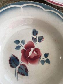 Assiettes creuses anciennes fleuries en rouge et bleu.